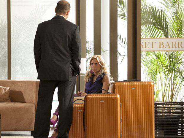 Gerente coloca Teodora para fora do hotel (Foto: Fina Estampa/TV Globo)