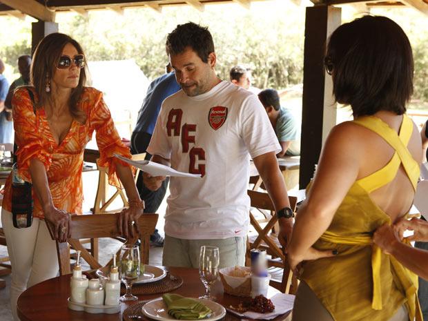 As atrizes estudam a cena com o diretor Marco Rodrigo (Foto: Fina Estampa/TV Globo)