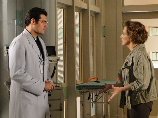 Lúcio conversa com Eva (Foto: A Vida da Gente/TV Globo)