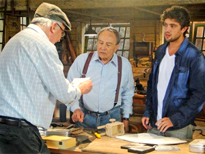Wilson mostra carta a Laudelino (Foto: A Vida da Gente/TV Globo)