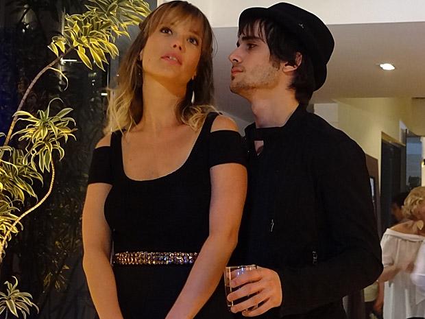 Brigitte e Agenor na festa das mulheres americanas (Foto: Aquele Beijo/TV Globo)