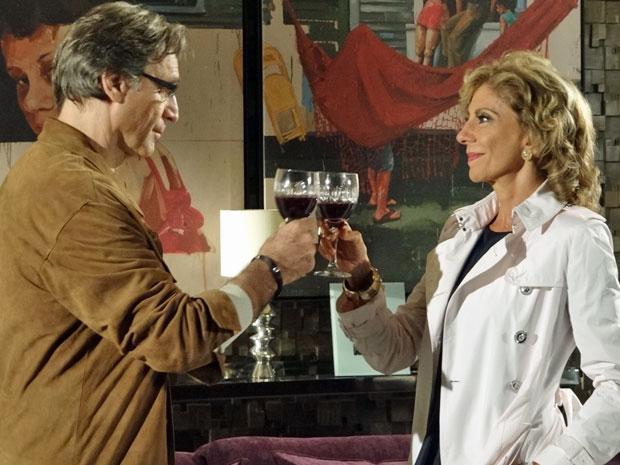 Alberto e Maruschka fazem brinde em favor da amizade (Foto: Aquele Beijo/TV Globo)