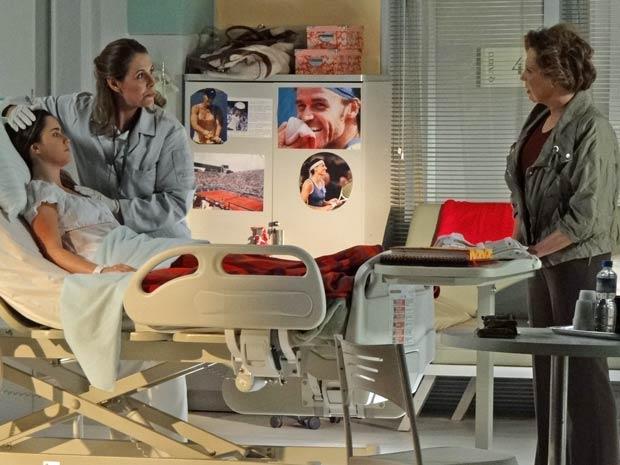 Impaciente e sempre controladora, Eva se mete na fisioterapia da filha (Foto: A Vida da Gente / TV Globo)