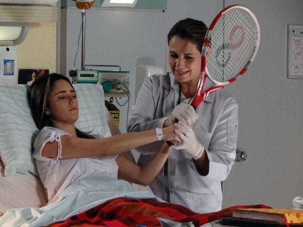Ana começa a fazer os movimentos do tênis durante a fisioterapia (Foto: A Vida da Gente - Tv Globo)