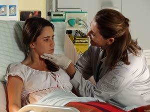 Ana se esforça para fazer os exercícios, mas Eva acha pouco (Foto: A Vida da Gente / TV Globo)