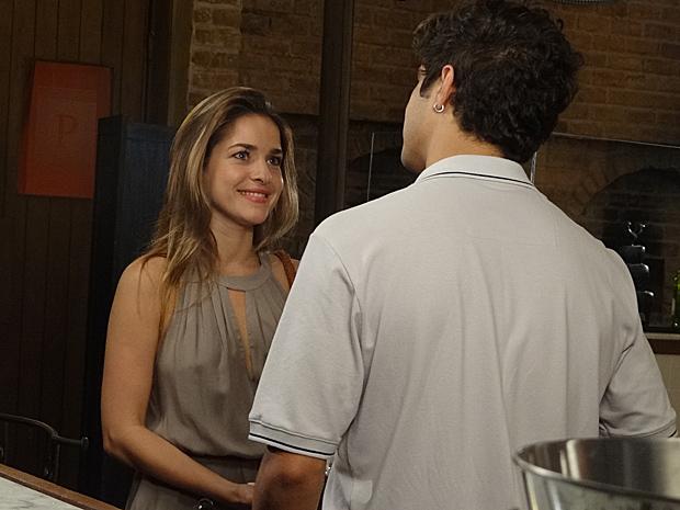 Beatriz e Antenor saem juntos (Foto: Fina Estampa / TV Globo)