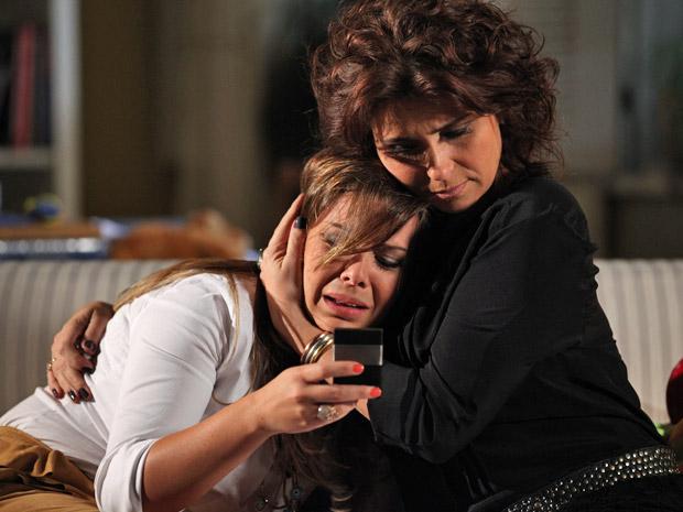 Claudia consola o choro da irmã (Foto: Aquele Beijo/TV Globo)