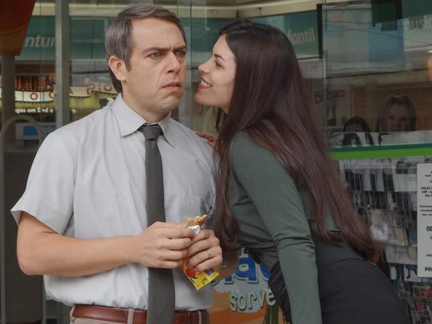 Charlene vai toda sedutora se despedir e Ademir fica sem reação (Foto: Malhação / TV Globo)
