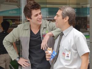 Guido vê toda a cena e vai zuar o pai Ademir (Foto: Malhação / TV Globo)