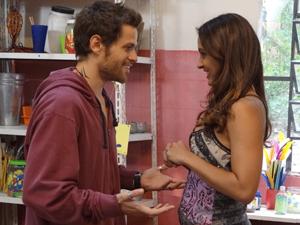 Pouco tempo antes de encontrar Natália, Moisés marcou encontro com piriguete (Foto: Malhação / TV Globo)
