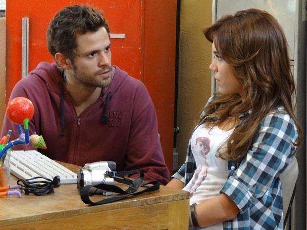 Natália se abre com Moisés e conta sobre a dívida de sua mãe (Foto: Malhação / TV Globo)