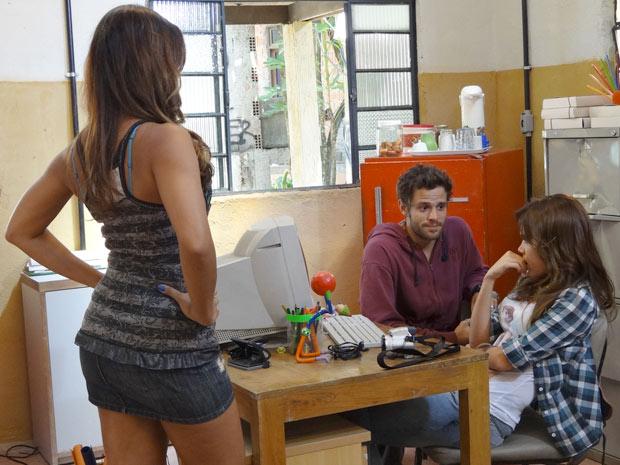 Candidata à Fojocat chega bem na hora que Natália está conversando com Moisés (Foto: Malhação / TV Globo)