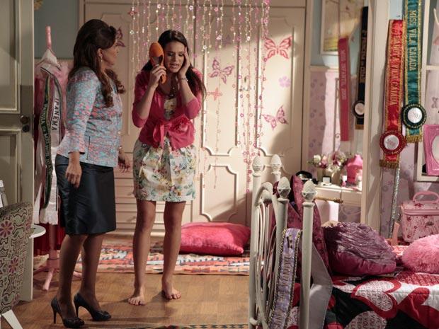 Belezinha inventa desculpa para a mãe (Foto: Aquele Beijo/TV Globo)