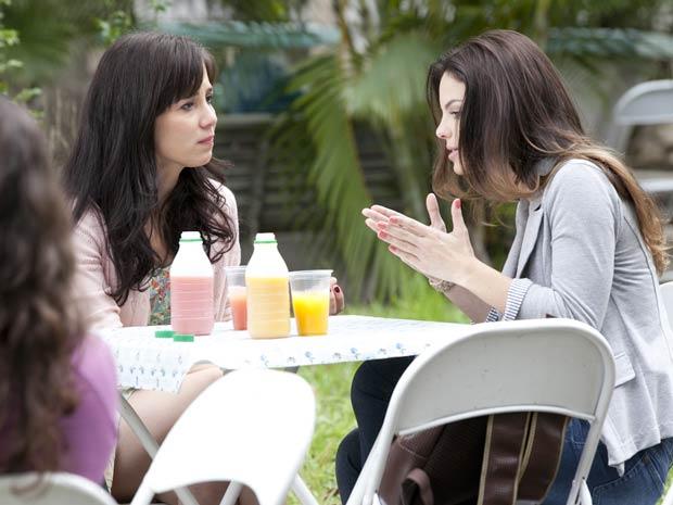 Alice tenta diminuir a culpa que Manu sente (Foto: A Vida da Gente / TV Globo)