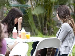 Manu sofre por estar feliz às custas do que Ana perdeu (Foto: A Vida da Gente / TV Globo)