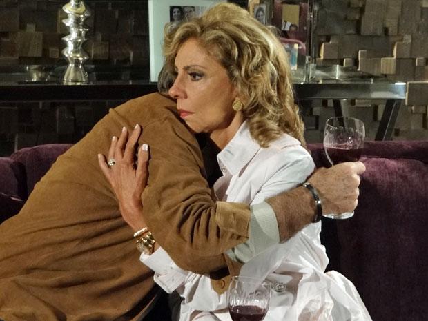 Maruschka demonstra tristeza ao abraçar Alberto (Foto: Aquele Beijo/TV Globo)