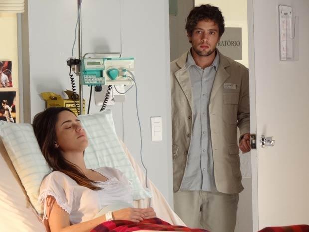 Rodrigo toma coragem (Foto: A Vida da Gente / TV Globo)