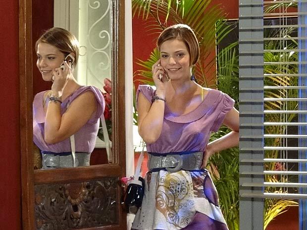 Vanessa recebe telefonema de Paulo (Foto: Fina Estampa / TV Globo)