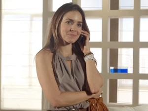 Após ser contratada, Bia recebe convite de Antenor para sair (Foto: Fina Estampa/TV Globo)