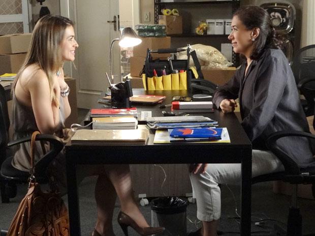 Griselda entrevista Bia e gosta do currículo da moça (Foto: Fina Estampa/TV Globo)