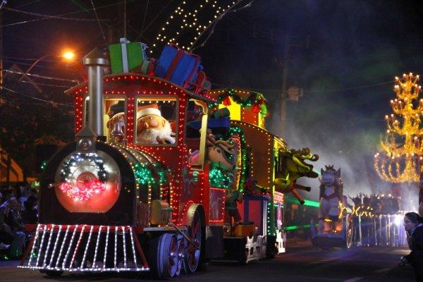 Em Gramado, desfiles temáticos encantam as crianças e adultos na época do Natal