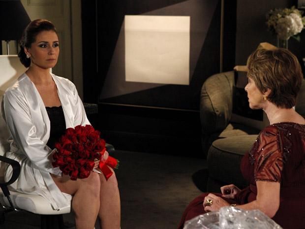 Regina pergunta se Claudia quer mesmo se casar