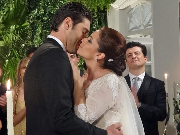 Claudia e Rubinho se beijam depois do sim (Foto: Aquele Beijo/TV Globo)
