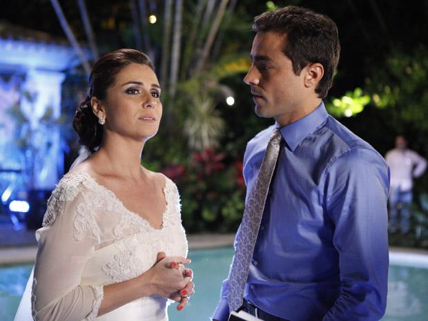 Claudia e Vicente relembram beijo que trocaram na Cartagena (Foto: Aquele Beijo/TV Globo)