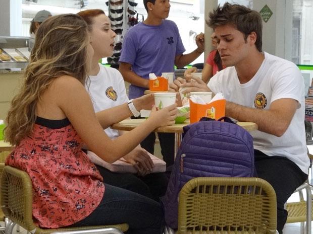 Logo antes de Babi chegar, Betão estava desabafando com Débora e Michele (Foto: Malhação / TV Globo)