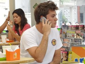 Sem saber que Babi esteve ali, Betão liga para ela (Foto: Malhação / TV Globo)