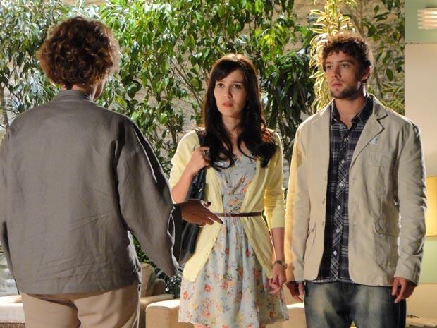Eva surpreende Manu e Rodrigo e humilha a filha