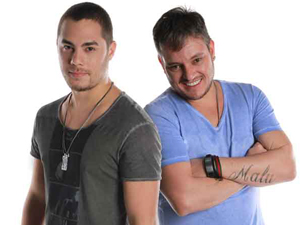 Levi e Manno comemoram sucesso da música 'Colorir papel' (Foto: Fina Estampa/TV Globo)