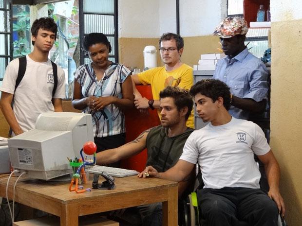 Todos assistem o resultado das fojocats (Foto: Malhação/TV Globo)