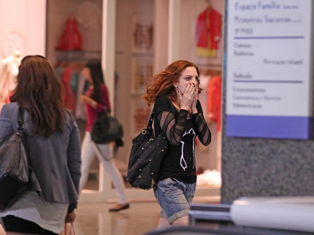 Nanda entra em desespero ao perceber que a sobrinha sumiu (Foto: A Vida da Gente / TV Globo)