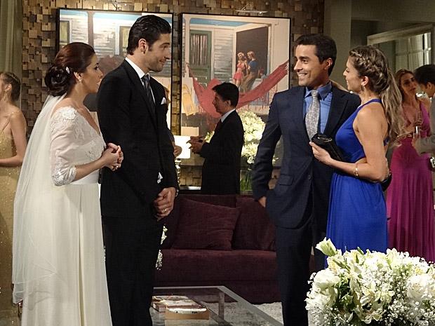Lucena e Vicente desejam felicidades para Claudia e Rubinho (Foto: Aquele Beijo/TV Globo)