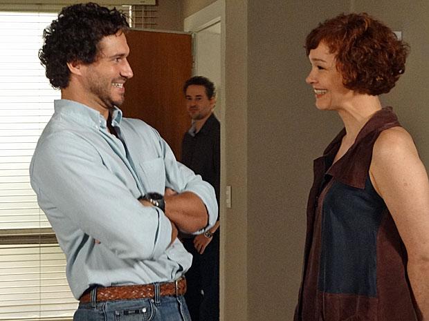 Paulo chega para buscar Esther e dá de cara com Guaracy  (Foto: Fina Estampa/ TV Globo)