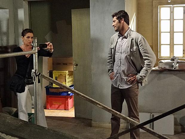 Claudia fotografa as obras do apartamento (Foto: Aquele Beijo/TV Globo)