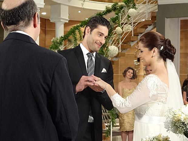 Rubinho coloca a aliança em Claudia, que fica emocionada (Foto: Aquele Beijo/TV Globo)