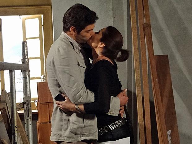 Rubinho distrai Claudia com beijo (Foto: Aquele Beijo/TV Globo)