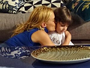 Teodora é carinhosa com o filho (Foto: Fina Estampa/ TV Globo)