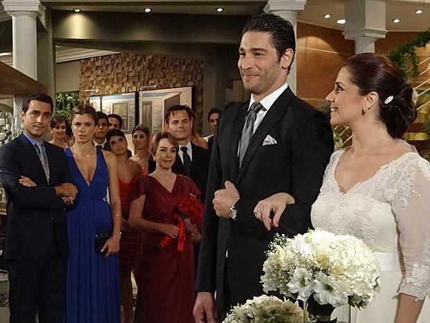 Vicente olha encantado para Claudia, Lucena percebe e não gosta (Foto: Aquele Beijo/TV Globo)