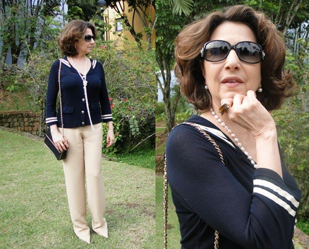 Look discreto é composto por calça clara e blusa azul marinho