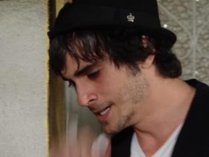 Agenor fica de olhos marejados (Foto: Aquele Beijo/TV Globo)