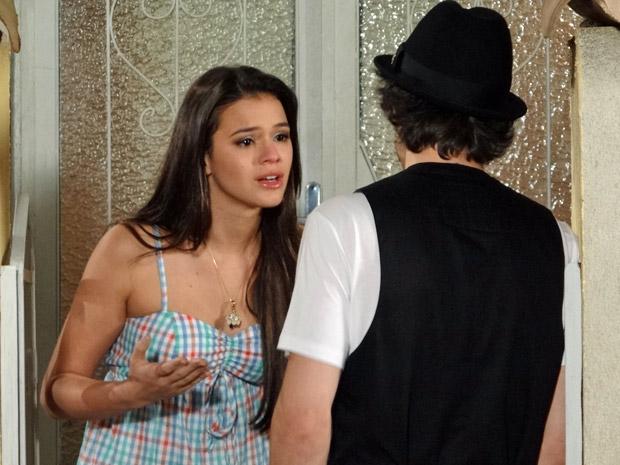 Belezinha e Agenor discutem no portão (Foto: Aquele Beijo/TV Globo)