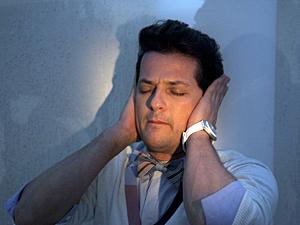 Crô ouve a conversa e fica apavorado (Foto: Fina Estampa / TV Globo)