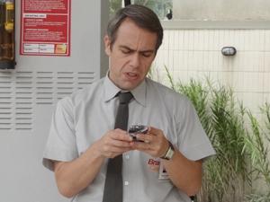Desesperado, Ademir pega até a calculadora (Foto: Malhação / TV Globo)