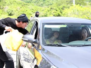 Ferdinand tira o capuz e leva os euros de Marcela (Foto: Fina Estampa / TV Globo)