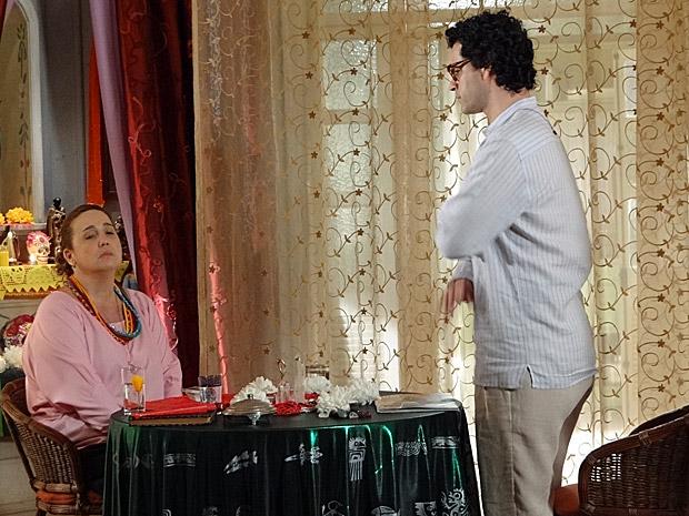 Iara não quer saber dos conselhos de Joselito (Foto: Aquele Beijo/TV Globo)