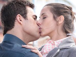 Juan Guilherme tasca um beijão em Letícia (Foto: Fina Estampa/TV Globo)