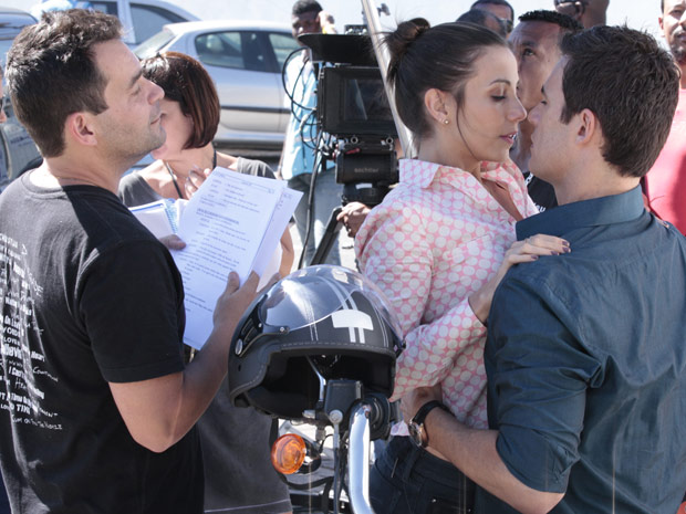 O direto Marco Rodrigo orienta os atores na cena (Foto: Fina Estampa/TV Globo)